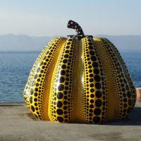 Yayoi Kusamas Pumpkin ved Benesse Art Side